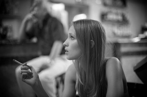フリー画像| 人物写真| 女性ポートレイト| 白人女性| 横顔| 煙草/タバコ| モノクロ写真| フランス人|