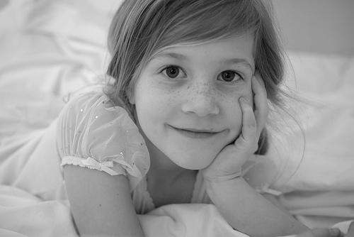 フリー画像| 人物写真| 子供ポートレイト| 少女/女の子| 外国の子供| 頬杖/頬づえ| モノクロ写真|