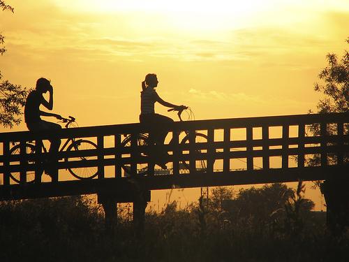 フリー画像| 人物写真| 自転車| シルエット| 橋の風景| 夕日/夕焼け/夕暮れ|
