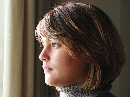 フリー画像| 人物写真| 女性ポートレイト| 白人女性| ショートヘアー| 横顔|