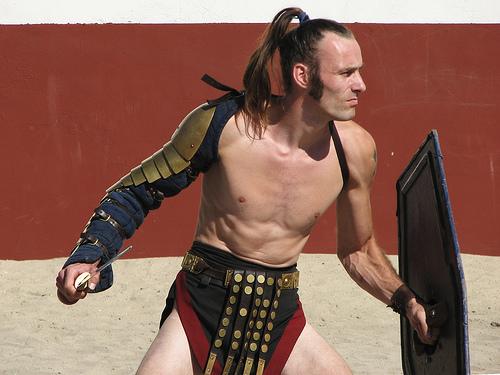 フリー画像| 人物写真| 男性ポートレイト| 外国人男性| コスチューム| 剣闘士/グラディエーター| グラディウス| 剣/刀| 古代ローマ|