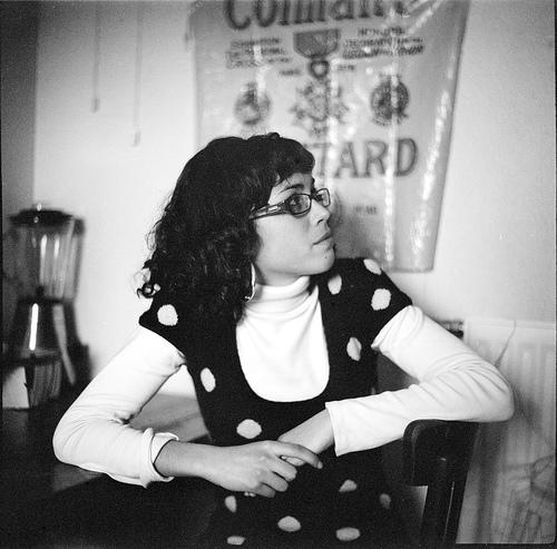 フリー画像| 人物写真| 女性ポートレイト| 白人女性| 眼鏡/メガネ| モノクロ写真| 見上げる|