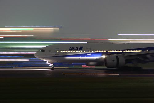 フリー画像| 航空機/飛行機| 旅客機| ボーイング777| ANA B777-281| 夜景|
