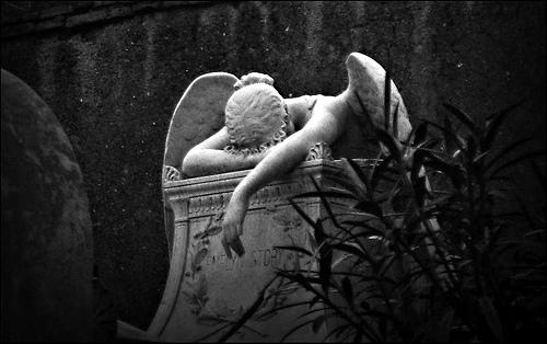 フリー画像| 人工風景| 彫刻/彫像| 落胆/落ち込む| 天使/エンジェル| モノクロ写真|