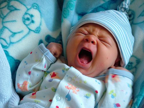 フリー画像| 人物写真| 子供ポートレイト| 赤ちゃん| 外国の子供| 欠伸/あくび| 泣き顔|
