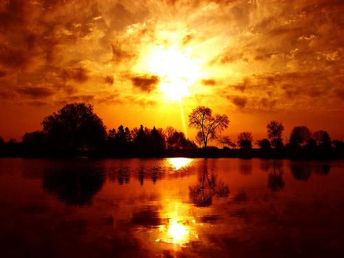 フリー画像| 自然風景| 湖の風景| 夕日/夕焼け/夕暮れ| 橙色/オレンジ|