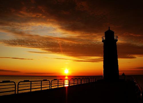 フリー画像| 人工風景| 建造物/建築物| 灯台/ライトハウス| 夕日/夕焼け/夕暮れ| 橙色/オレンジ| 空の風景|