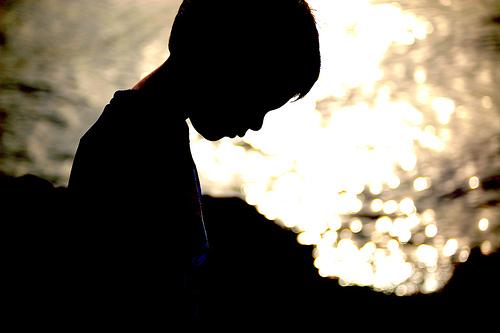 フリー画像| 人物写真| 子供ポートレイト| 少年/男の子| 外国の子供| シルエット| 落胆/落ち込む|