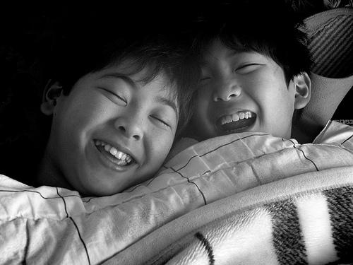 フリー画像|人物写真|子供ポートレイト|少年/男の子|兄弟/姉妹|笑顔/スマイル|日本人|モノクロ写真|