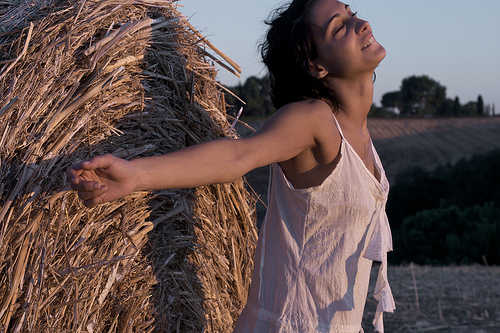 フリー画像| 人物写真| 女性ポートレイト| 白人女性| 背伸び/ストレッチ| 黒髪| 深呼吸|