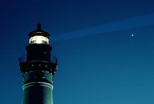 フリー画像| 人工風景| 建造物/建築物| 灯台/ライトハウス| 月の風景| 夜景| 青色/ブルー| 星の風景|