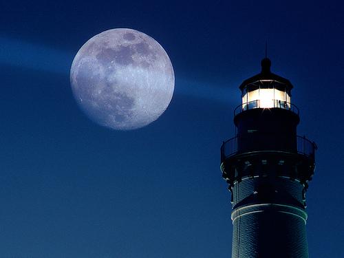 フリー画像| 人工風景| 建造物/建築物| 灯台/ライトハウス| 夜景| 月の風景| 青色/ブルー| 夜空の風景|