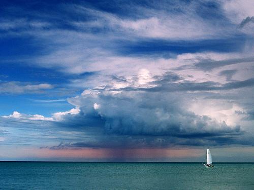 フリー画像| 自然風景| 空の風景| 雲の風景| 海の風景| 雨雲の風景| ヨット|