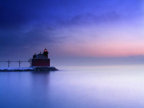 フリー画像| 人工風景| 建造物/建築物| 灯台/ライトハウス| 青色/ブルー| 海の風景| アメリカ風景| ウィスコンシン州|