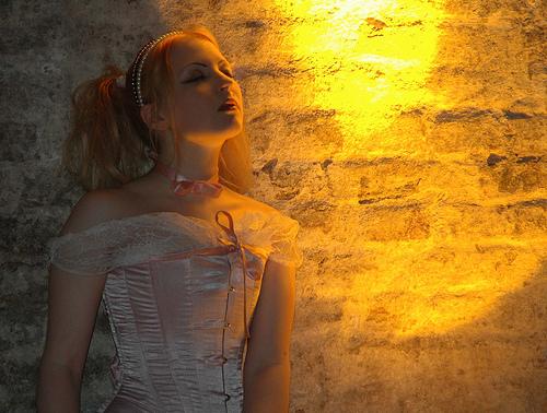 フリー画像  人物写真  女性ポートレイト  白人女性  ゴスロリ  目を閉じる 