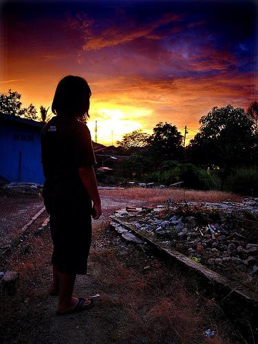 フリー画像| 人物写真| 子供ポートレイト| 後ろ姿| シルエット| 夕日/夕焼け/夕暮れ|