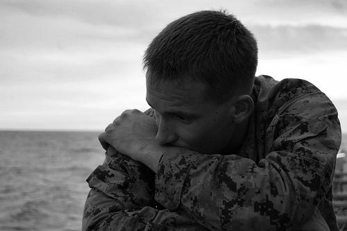 フリー画像| 戦争写真| 兵士/ソルジャー| 人物写真| アメリカ軍兵士| 落胆/落ち込む| モノクロ写真|