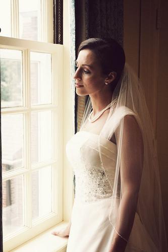 フリー画像| 人物写真| 女性ポートレイト| 白人女性| 結婚式/ブライダル| ウエディングドレス| 窓辺の風景|