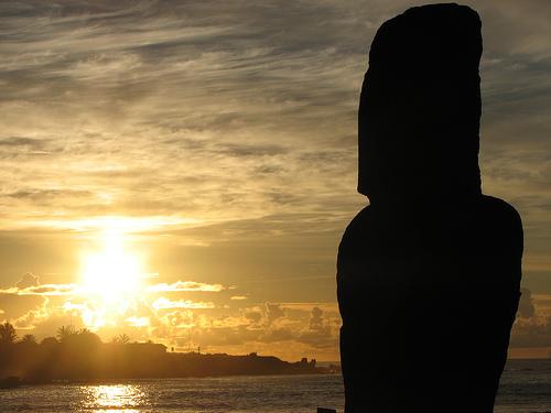 フリー画像| 人工風景| オブジェ|  彫刻/彫像| モアイ像| 夕日/夕焼け/夕暮れ| シルエット| イースター島|
