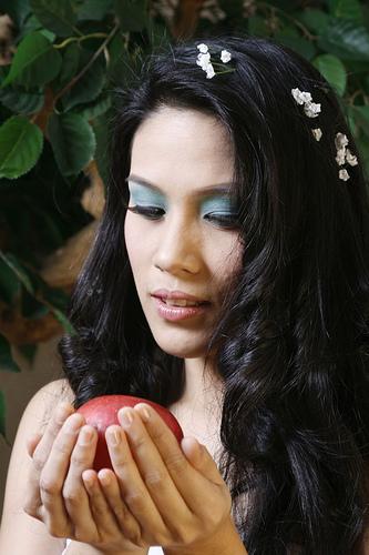 フリー画像| 人物写真| 女性ポートレイト| アジア女性| フィリピン人| 林檎/リンゴ| 黒髪|