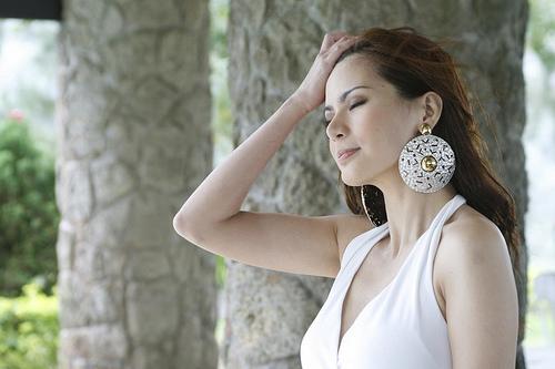 フリー画像| 人物写真| 女性ポートレイト| アジア女性| マレーシア人| 髪をかき上げる| ドレス|