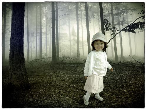 フリー画像| 人物写真| 子供ポートレイト| 少女/女の子| 外国の子供| 森林/山林| 霧/靄|
