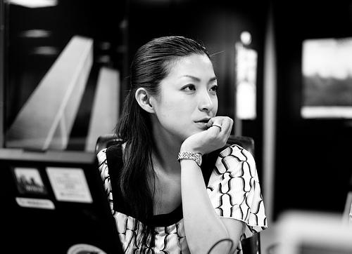 フリー画像| 人物写真| 女性ポートレイト| アジア女性| 日本人| 頬杖/頬づえ| モノクロ写真|