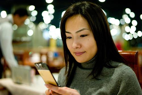 フリー画像| 人物写真| 女性ポートレイト| アジア女性| 日本人| 横顔| 黒髪| Mizuka| 携帯電話| 「ニット|