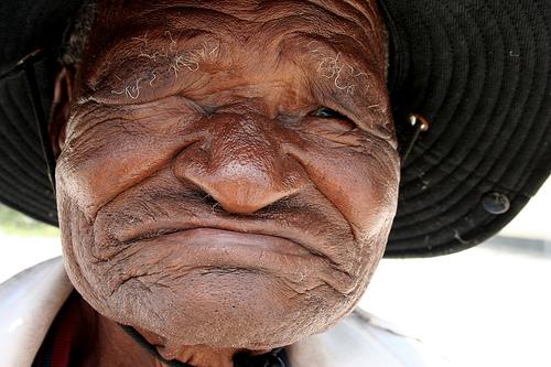 フリー画像| 人物写真| 一般ポートレイト| 老人/お年寄り| おじいさん/おじいちゃん| コイサンマン/ブッシュマン| ボツワナ人| 帽子|