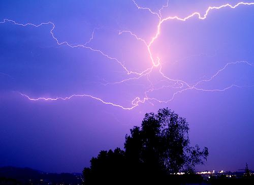 フリー画像| 自然風景| 空の風景| 夜景| 夜空の風景| 落雷/カミナリ/稲妻| 紫色/パープル|