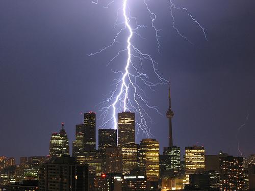 フリー画像| 人工風景| 建造物/建築物| 街の風景| 落雷/カミナリ/稲妻|  ビルディング| 夜景| カナダ風景| トロント|