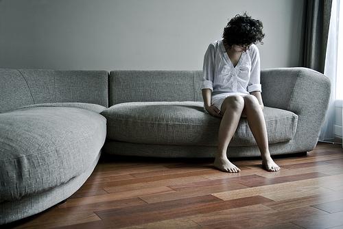 フリー画像| 人物写真| 女性ポートレイト| 落胆/落ち込む| 憂鬱/メランコリー| ソファー|
