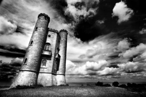 フリー画像| 人工風景| 建造物/建築物| 塔/タワー| ブロードウェー・タワー| イギリス風景| ウスターシャー| モノクロ写真|