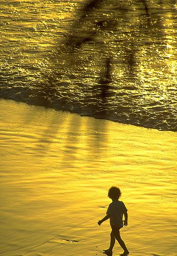 フリー画像| 人物写真| 子供ポートレイト| 少年/男の子| 外国の子供| ビーチ/海辺| 夕日/夕焼け/夕暮れ| 黄色/イエロー|