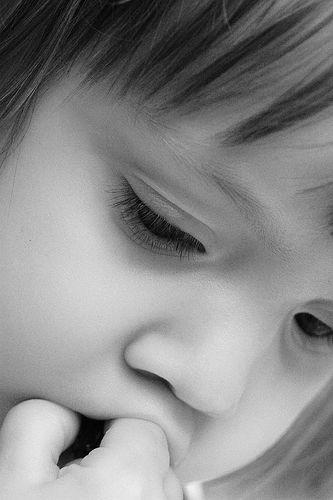 フリー画像|人物写真|子供ポートレイト|少女/女の子|外国の子供|憂鬱/メランコリー|モノクロ写真|