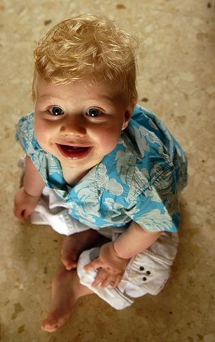 フリー画像| 人物写真| 子供ポートレイト| 赤ちゃん| 外国の子供| 見上げる| 笑顔/スマイル| 金髪/ブロンド|