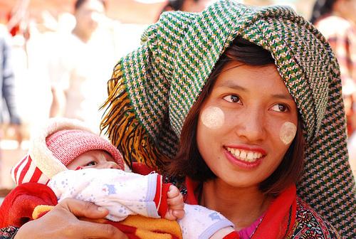 フリー画像  人物写真  一般ポートレイト  親子/家族  赤ちゃん  ミヤンマー人 