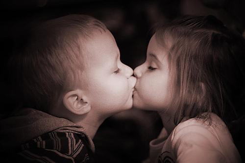 フリー画像| 人物写真| 子供ポートレイト| 少年/男の子| 少女/女の子| 外国の子供| 恋人/カップル| キス/KISS| セピア|