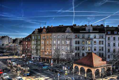 フリー画像| 人工風景| 建造物/建築物| 街の風景| 飛行機雲| ケムトレイル| ドイツ風景| デュッセルドルフ| HDR画像|