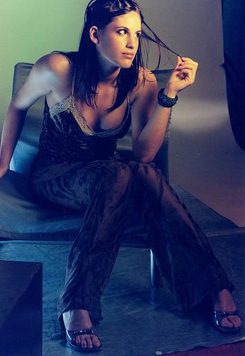 フリー画像  人物写真  女性ポートレイト  白人女性  キャミソール  パンツ 