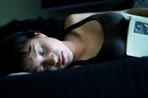 フリー画像| 人物写真| 女性ポートレイト| アジア女性| 寝顔/寝相/寝姿| タンクトップ|