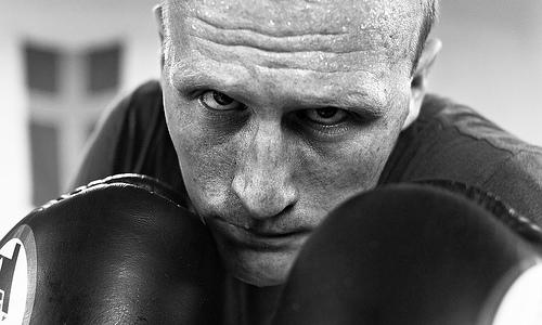 フリー画像  人物写真  男性ポートレイト  外国人男性  ボクサー/ボクシング  モノクロ写真  ファイティングポーズ  スポーツ 