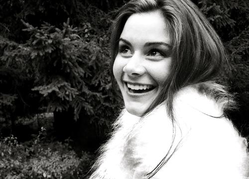 フリー画像| 人物写真| 女性ポートレイト| 白人女性| 笑顔/スマイル| モノクロ写真|