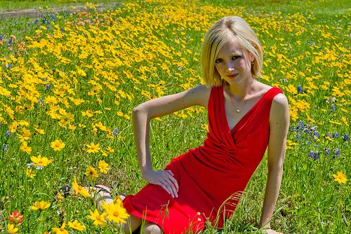 フリー画像| 人物写真| 女性ポートレイト| 白人女性| 花畑| 金髪/ブロンド| ドレス|