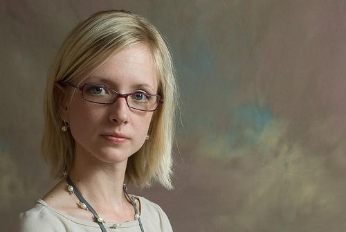 フリー画像| 人物写真| 女性ポートレイト| 白人女性| 金髪/ブロンド| 眼鏡/メガネ|