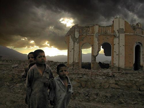 フリー画像| 人物写真| 子供ポートレイト| 少年/男の子| 外国の子供| アフガニスタン人| 破壊|