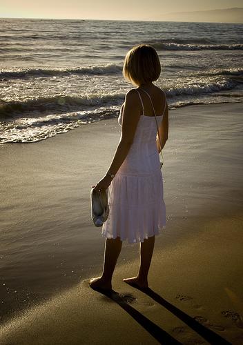 フリー画像|人物写真|子供ポートレイト|少女/女の子|外国の子供|後ろ姿|ビーチ/海辺|