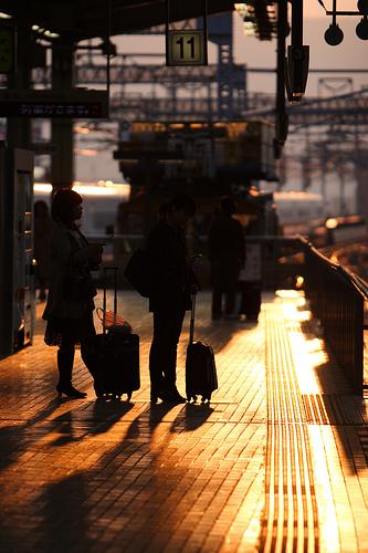 フリー画像| 人工風景| 駅/プラットホーム| 夕日/夕焼け/夕暮れ| シルエット| 日本風景|