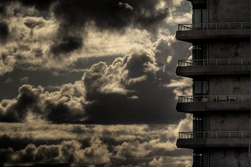 フリー画像| 人工風景| 建造物/建築物| ビルディング| 空の風景| 雲の風景| 暗雲の風景| モノクロ写真|