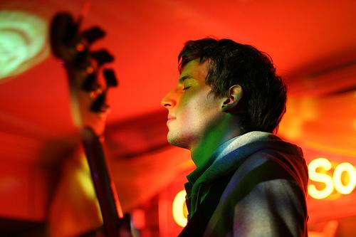 フリー画像| 人物写真| 男性ポートレイト| 外国人男性| ギター| 横顔| 赤色/レッド| 目を閉じる| ギタリスト|   フリー素材|